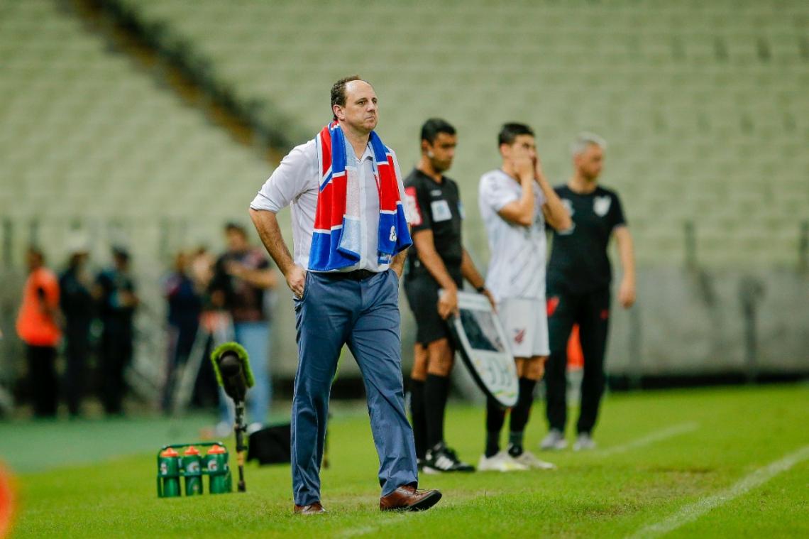 Técnico utilizou uma toalha do Fortaleza para que jogadores do Athletico-PR não confundissem com o uniforme