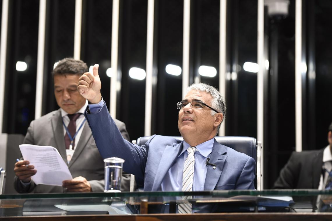 Senador Luís Eduardo Girão (Pode-CE) durante sessão solene que marcou os 150 anos de morte de Allan Kardek