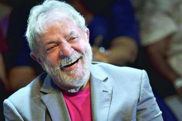 O ex-ministro e economista Bresser-Pereira publicou em sua rede social que Lula está apaixonado e tem plano de se casar.