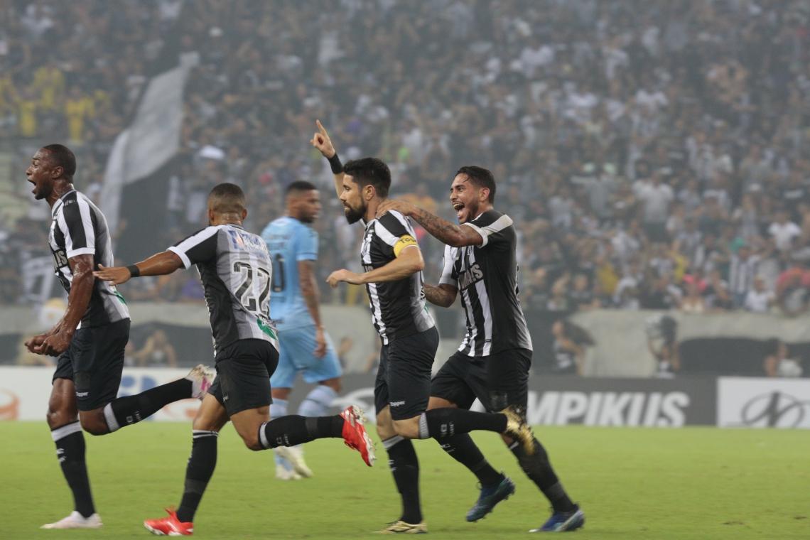 Jogando em casa no primeiro turno, o Ceará venceu o Grêmio por 2 a 1 e deixou para trás sequência de três jogos sem vencer.