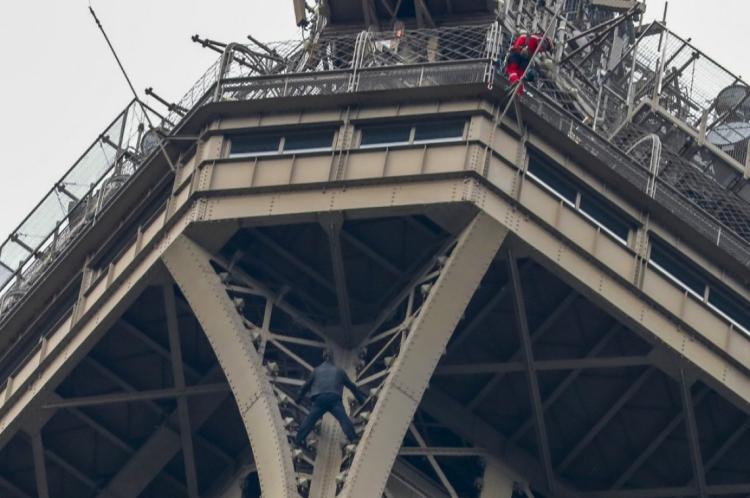 Homem escalou a torre, em Paris