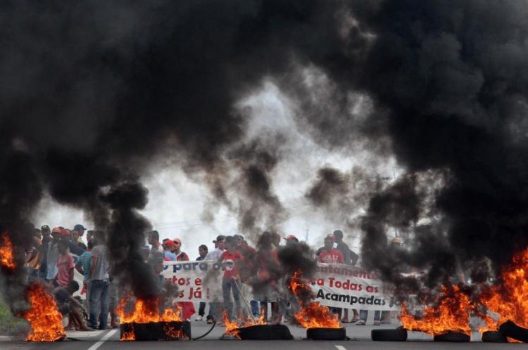 MST faz protesto em estrada do Ceará