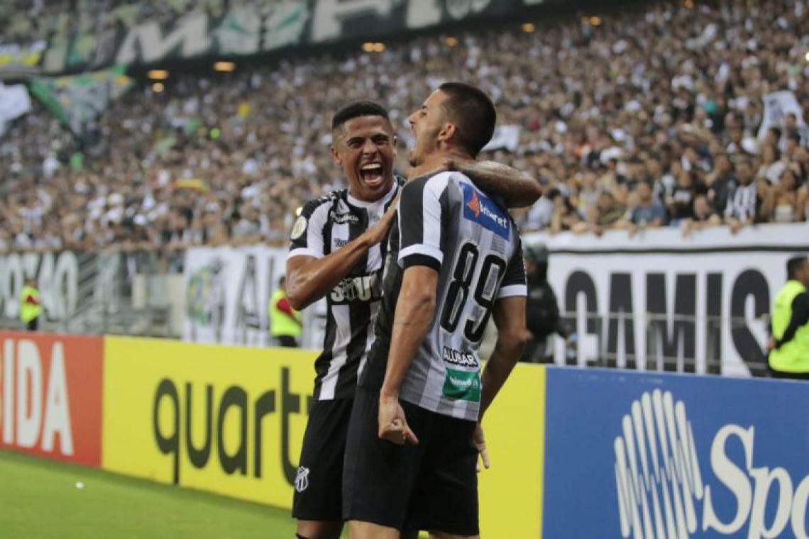 Bergson e Galhardo comemoram gol no Grêmio