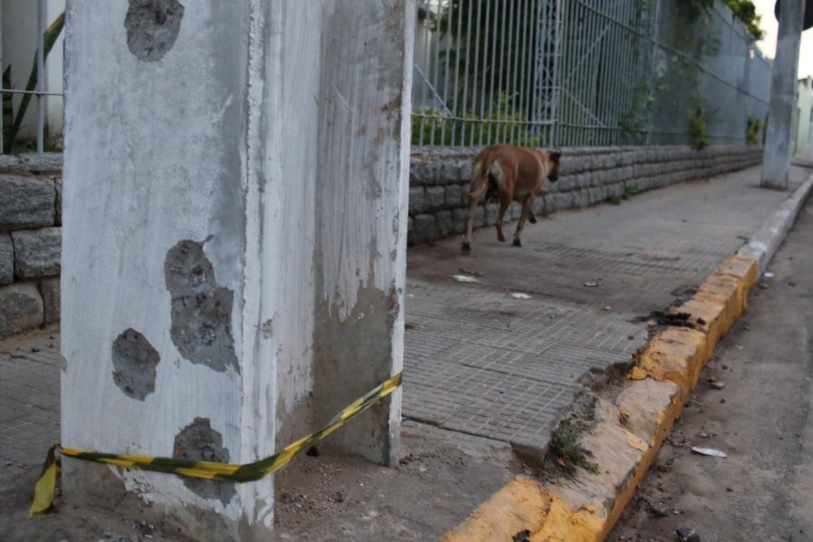 CALÇADA ao lado do banco Bradesco, onde os dois réus dizem ter encontrado os corpos enfileirados