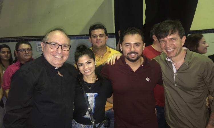 Padre Eugênio, Isabelle Temóteo, Xandy Avião e Waldonys na missa do Colégio Santo Inácio