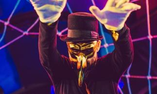 O DJ mascarado Claptone é um dos convidados da noite
