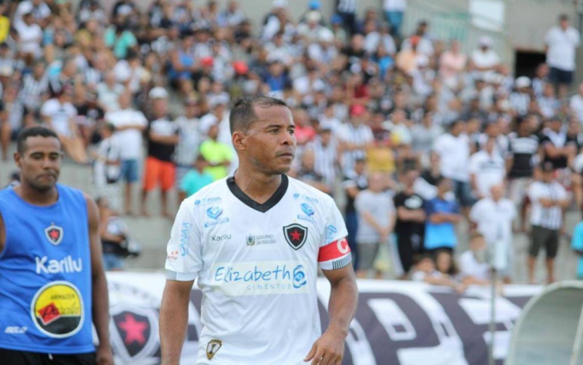 Marcos Aurélio, além de se recuperar de lesão, está suspenso pelo terceiro cartão amarelo