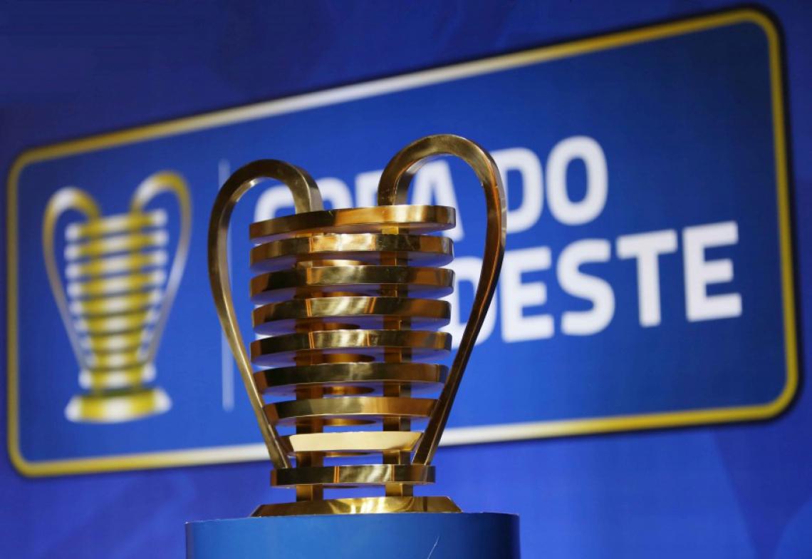 Troféu de campeão também é prêmio; seria o primeiro da história do Tricolor