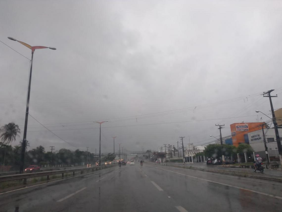 Chuva na manhã desta quarta-feira, 22, em Fortaleza