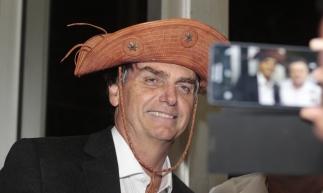FORTALEZA,CE,BRASIL,14.08.2015: Jair Bolsonaro, deputado federal, posa para foto com chapéu de cangaceiro. Jair Bolsonaro, deputado federal, palestra aos diretores do Centro Industrial do Ceará (CIC), sobre o tema