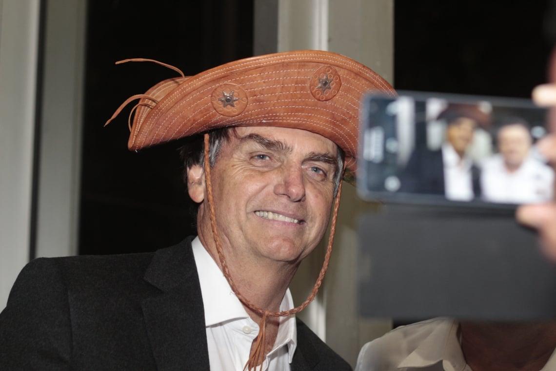 Jair Bolsonaro posa para foto com chapéu de cangaceiro durante visita ao Ceará na campanha de 2018