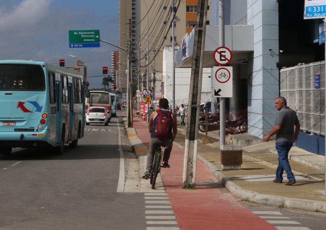 Um poste na ciclovia da avenida Aguanambi com a rua Mestre Rosa, no bairro José Bonifácio, atrapalha a passagem dos ciclistas.