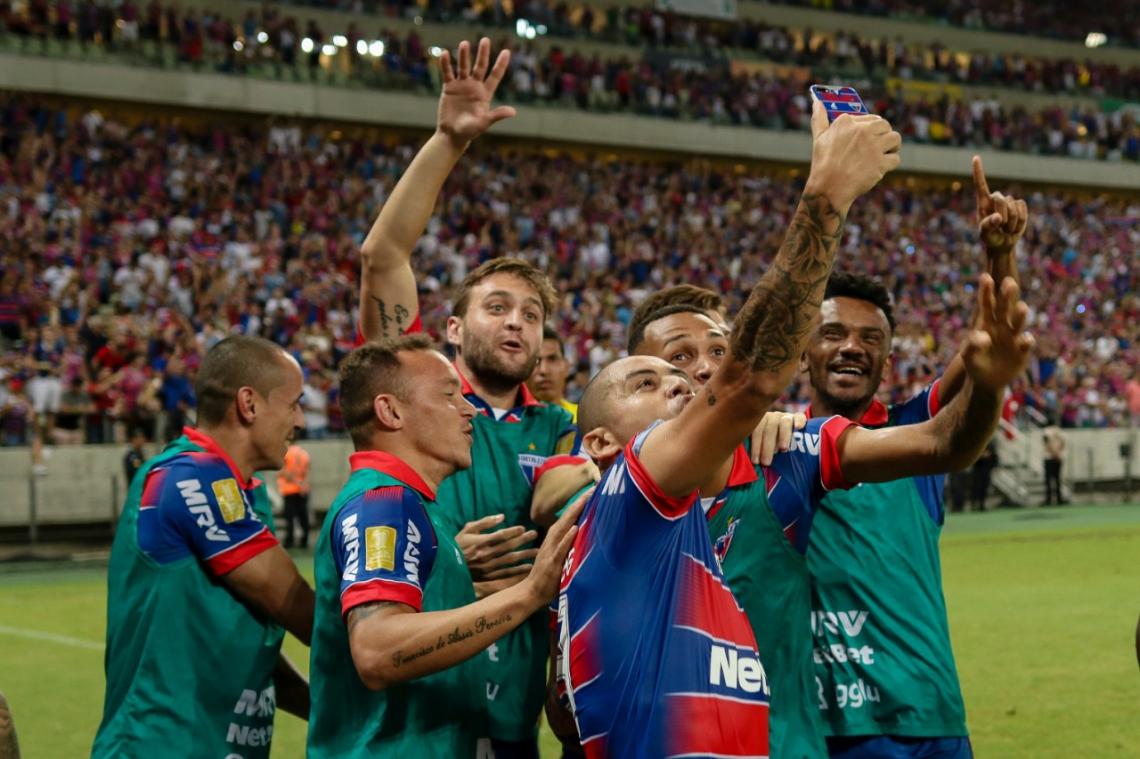 Na comemoração do gol de Wellington Paulista, jogadores tiraram selfie.