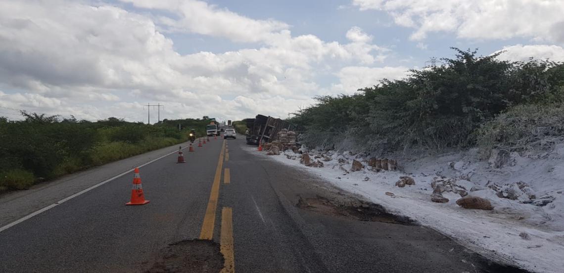 Caminhão tombou nessa quarta-feira, 22, na BR-116, no município de Icó