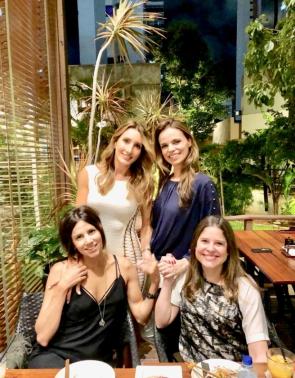 Márcia Hissa veio a Fortaleza para o aniversário do pai, José Hissa, mas antes reencontrou no Ryori as amigas Melaine Diogo, Cristiane Gurgel e Roberta Menezes