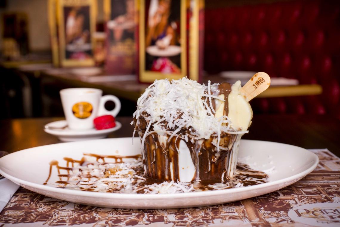 Grand gateau de chocolate com cocada à