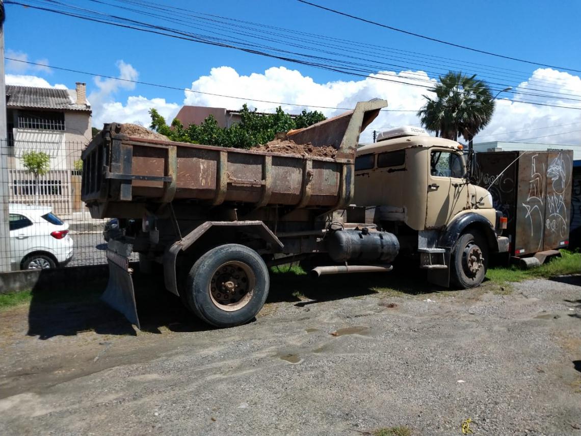 O veículo foi apreendido e o responsável pela irregularidade foi autuado com multa no valor de R$ 13.007,63.