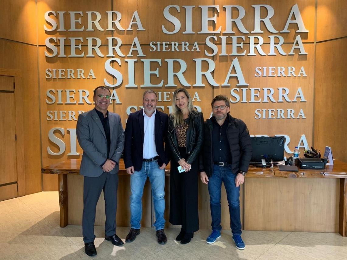 Eduardo Neves (presidente) e Carmen Rangel, da Adece, visitaram a fábrica da Sierra Móveis em Gramado (RS) para detalhar a política de investimentos do Ceará para os diretores da indústria moveleira, Jarbas Bataiolli (comercial) e Avelino Savaris (administrativo).