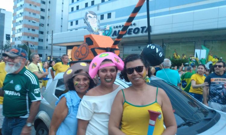 Mireulda Sousa e as filhas Leila e Ruth decoraram o carro para manifestação de apoio ao Governo
