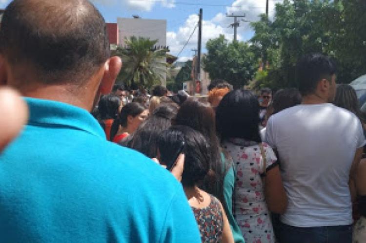 Pela manhã, candidatos causaram confusão pelo início das provas do concurso público que oferece vagas para a Prefeitura de Juazeiro do Norte