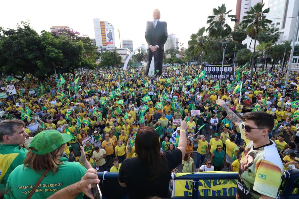 Manifestação pró-Bolsonaro acontece em Fortaleza.