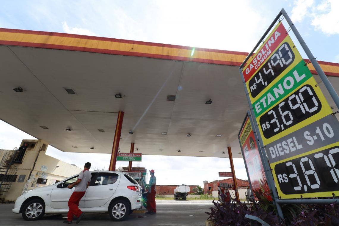 A média do valor na revenda de gasolina era R$ 2,84 em 2013. Cinco anos depois, em 2018, subiu para R$ 3,48. Já no primeiro trimestre de 2019 chegou a R$ 3,49, maior que a do ano passado inteiro
