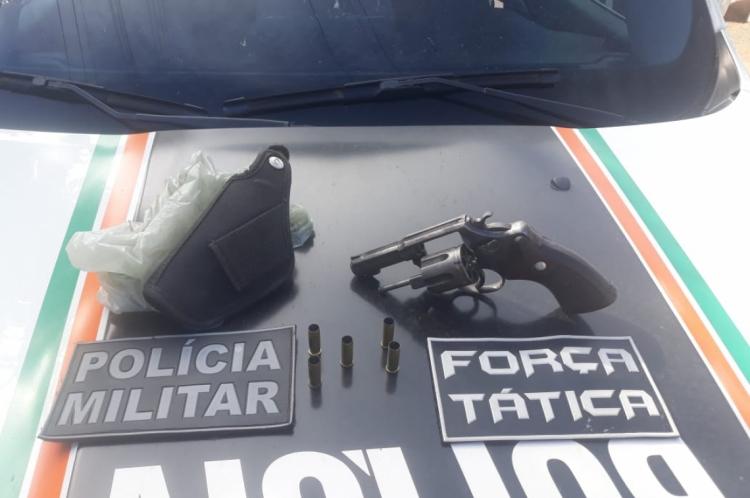 A arma usada no crime foi apreendida pela polícia