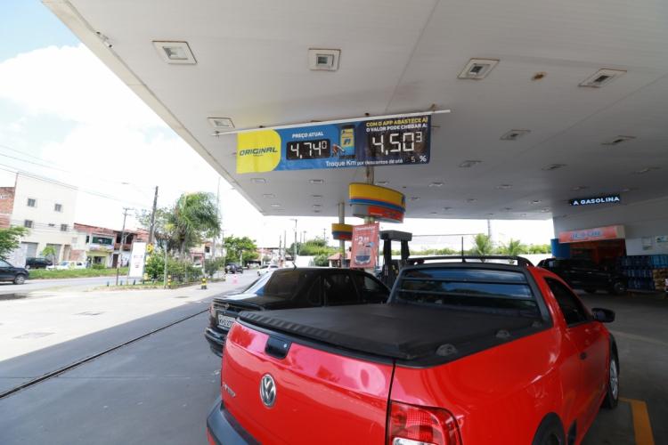 FORTALEZA,CE,BRAZIL,27.05.2019: Posto Ipiranga, na avenida Paulino Rocha. Postos de gasolina começam a baixar preço de combustível. (fotos: Tatiana Fortes/ O POVO) (Foto: Tatiana Fortes)