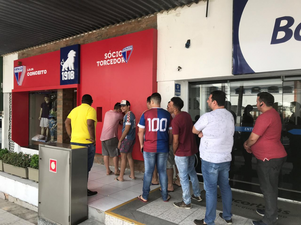 Torcedor já formou fila desde cedo na Loja Conceito do Fortaleza, na Av. Santos Dumont.
