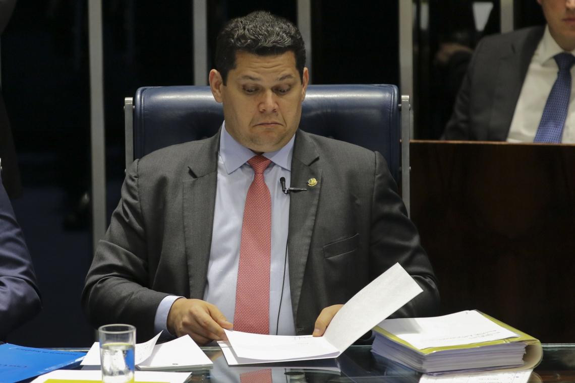 O PRESIDENTE da Casa, Davi Alcolumbre, leu uma carta de Bolsonaro pedindo aprovação da MP