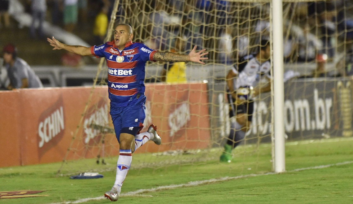 Wellington comemora o gol marcado na partida em João Pessoa.