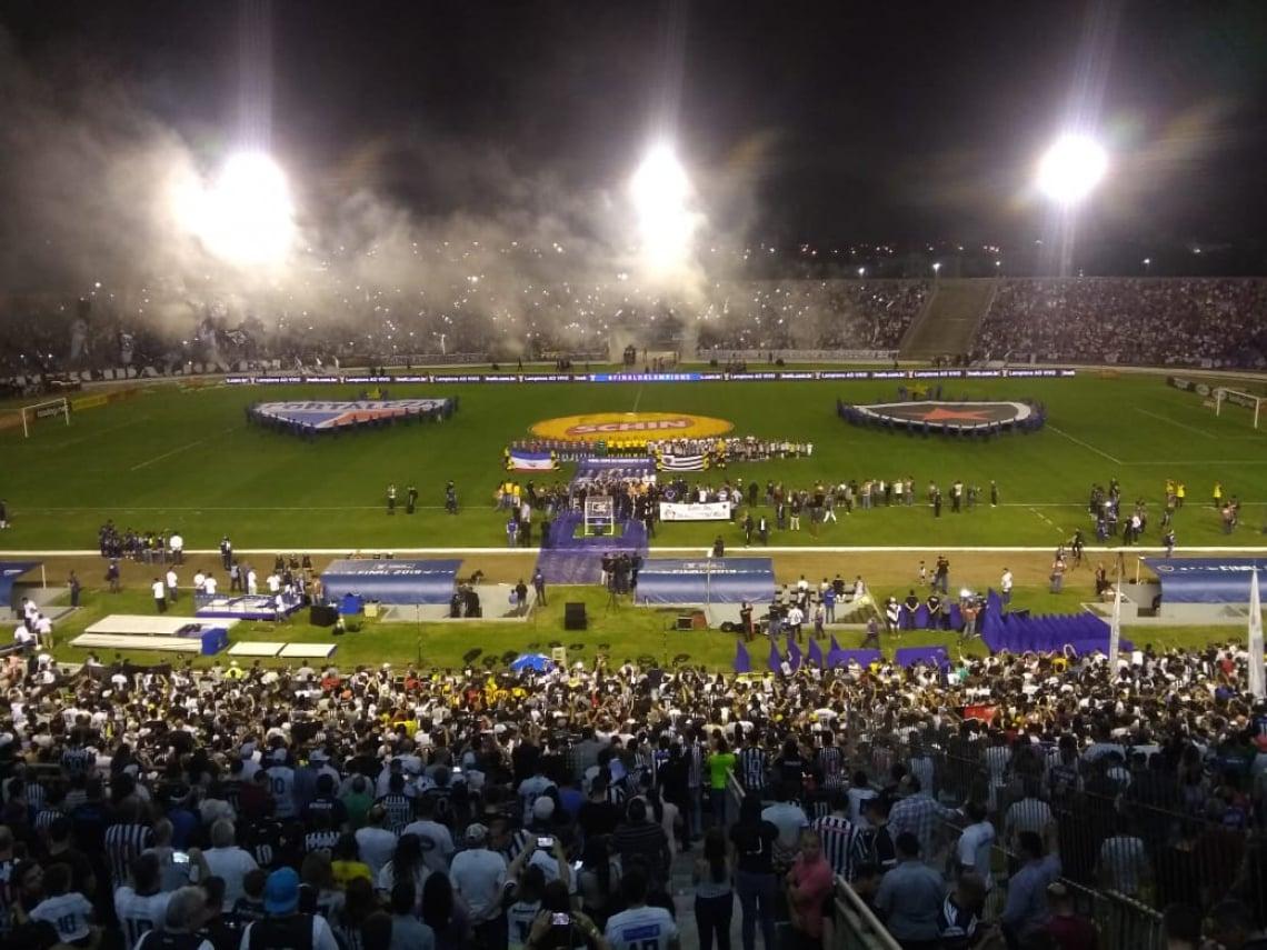 Estádio Almeidão recebe ótimo público para a partida.