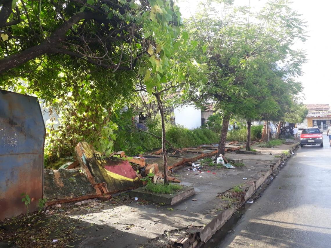 Um dos muros da Escola de Ensino Fundamental Francisca Alves do Amaral, localizada no Conjunto Nova Metrópole em Caucaia, desabou na noite dessa terça-feira, 28.