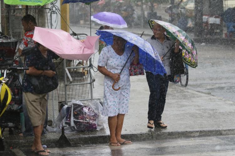 Chuva foi registrada durante toda a manhã em Fortaleza.