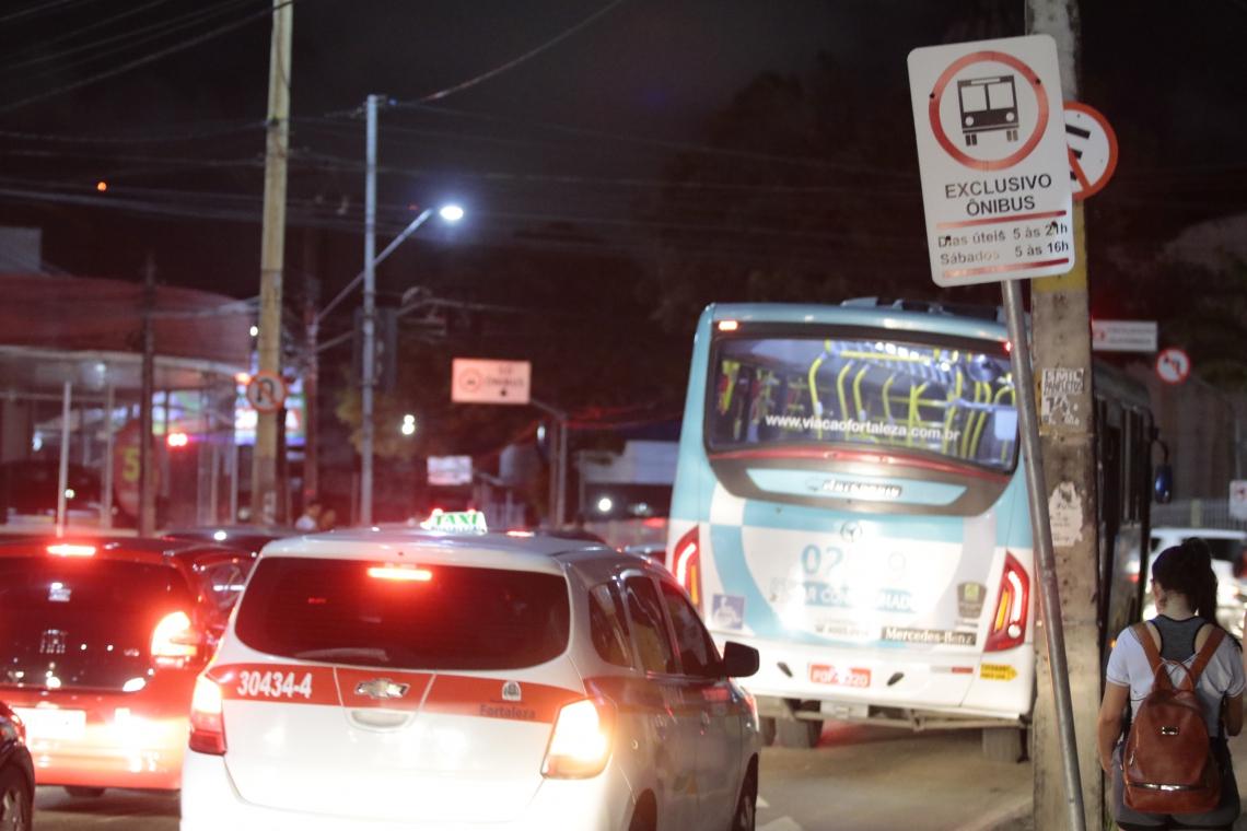 ÔNIBUS, TÁXIS e vans de transporte escolar são autorizados atualmente a trafegar pela faixa exclusiva