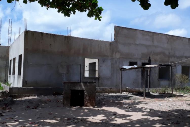 Iniciada em maio de 2017, a obra está inacabada até hoje. Estado informa que estuda substituição de construtora