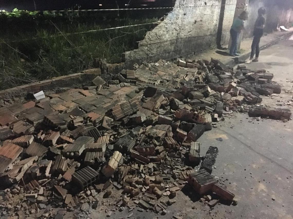 O muro do terreno baldio apresentava várias rachaduras antes de cair.
