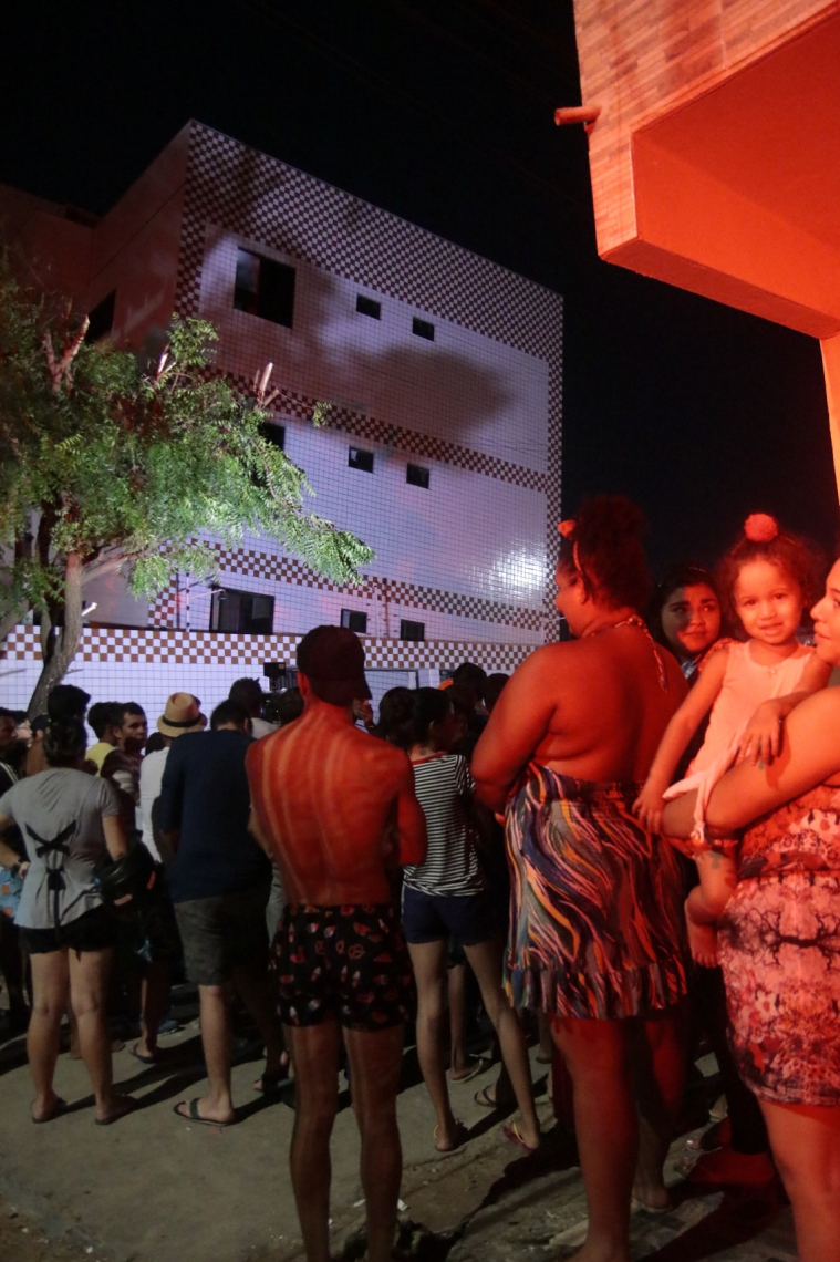 MORADORES saíram do edifício  às pressas após ouvir um  estrondo por volta das 16h