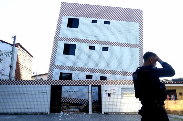 FORTALEZA, CE, BRASIL, 02.06.2019: Predio residencial que tombou na rua Travessa Campo Grande na Maraponga, corre risco iminente de desabar. (Fotos: Fabio Lima/O POVO)