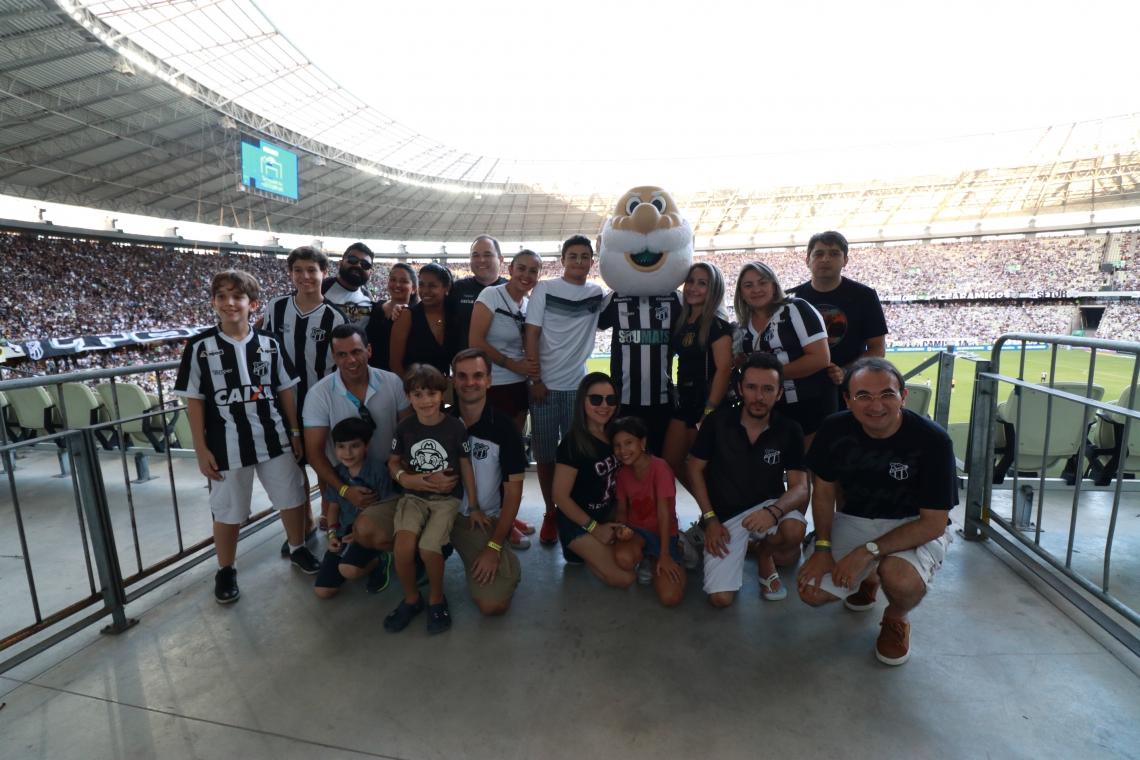 No Castelão, os assinantes do O POVO foram recepcionados pelo mascote do Ceará, o Vovô.