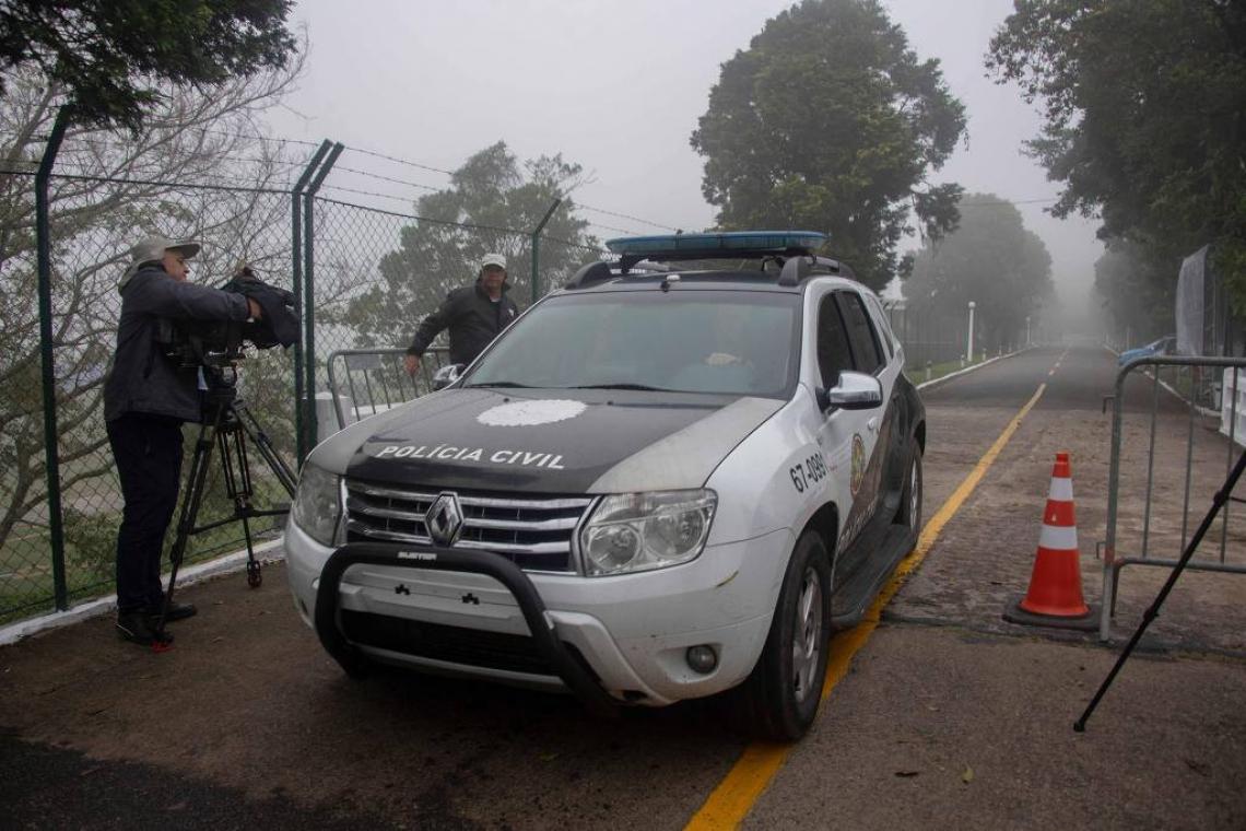 Carro da Polícia Civil saindo da Granja Comary após procurar por Neymar