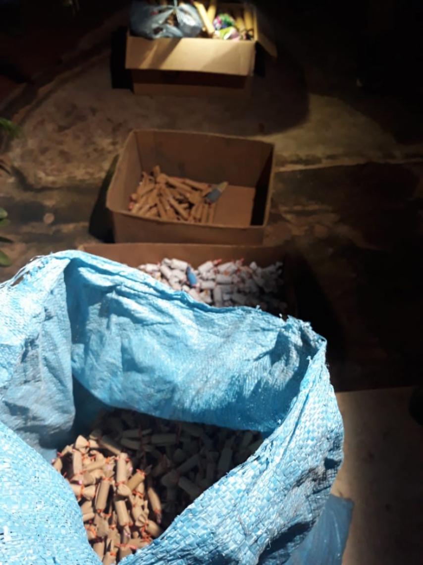 Parte do material explosivo retirado da fábrica de fogos de artifícios