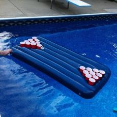 Boia Beer Pong Esses jogos são bem legais para divertir a galera nos encontros. O Beer Pong é um desafio onde os participantes devem acertar os copinhos com a bolinha para ter o direito de beber um copo de cerveja.