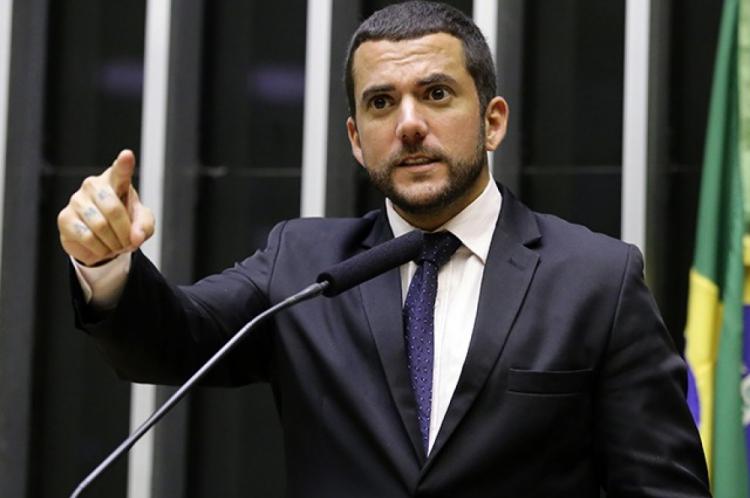 Carlos Jordy diz que já planejava o projeto, mas que o protocolou agora graças à recente polêmica envolvendo Neymar, que está sendo acusado de estupro