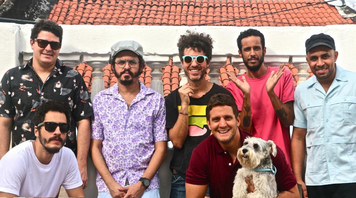 A banda Academia da Berlinda se apresenta no mesmo palco que a Baiana System
