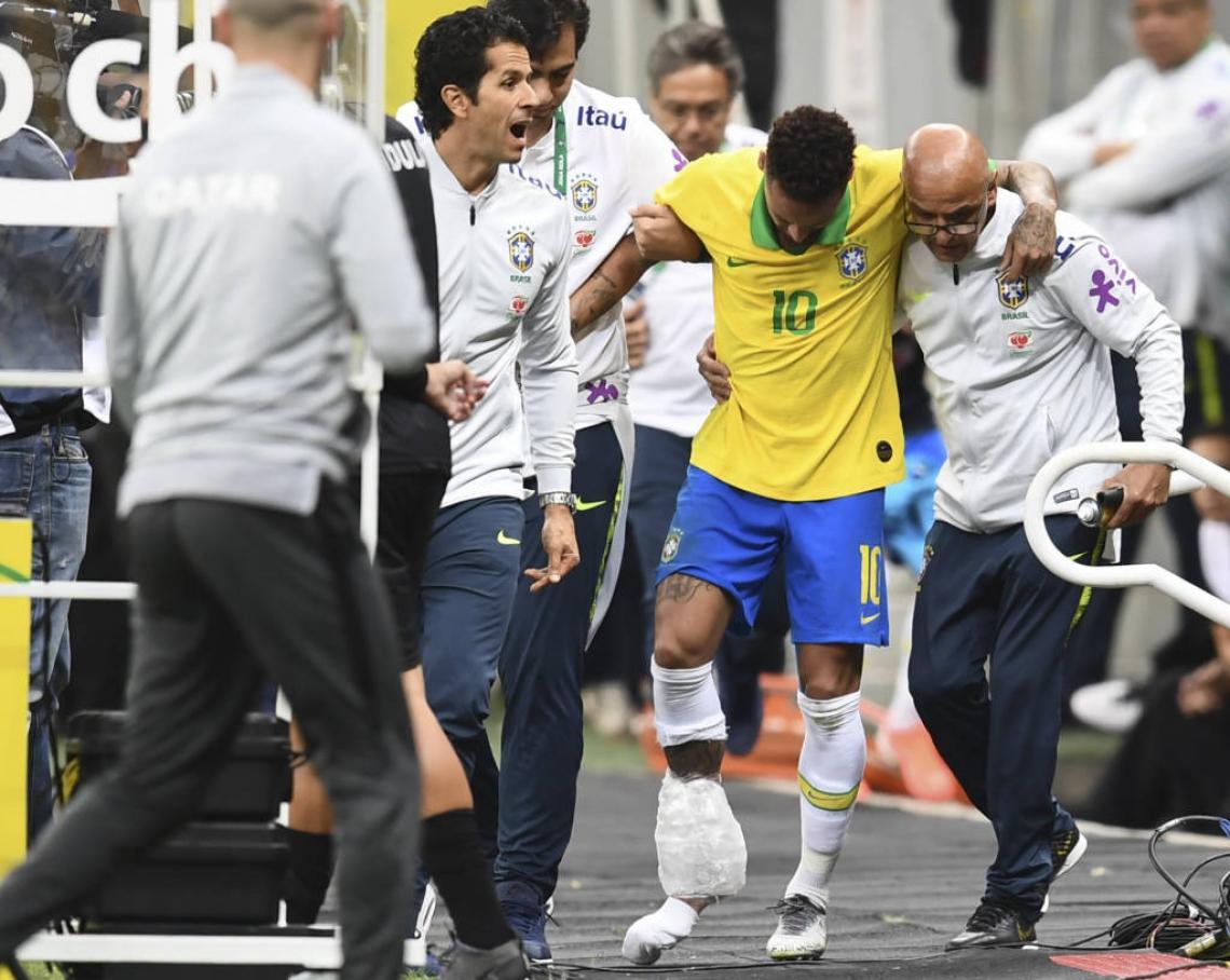 NA SEMANA em que enfrenta acusações de estupro, Neymar deixou o campo lesionado e foi cortado da Seleção