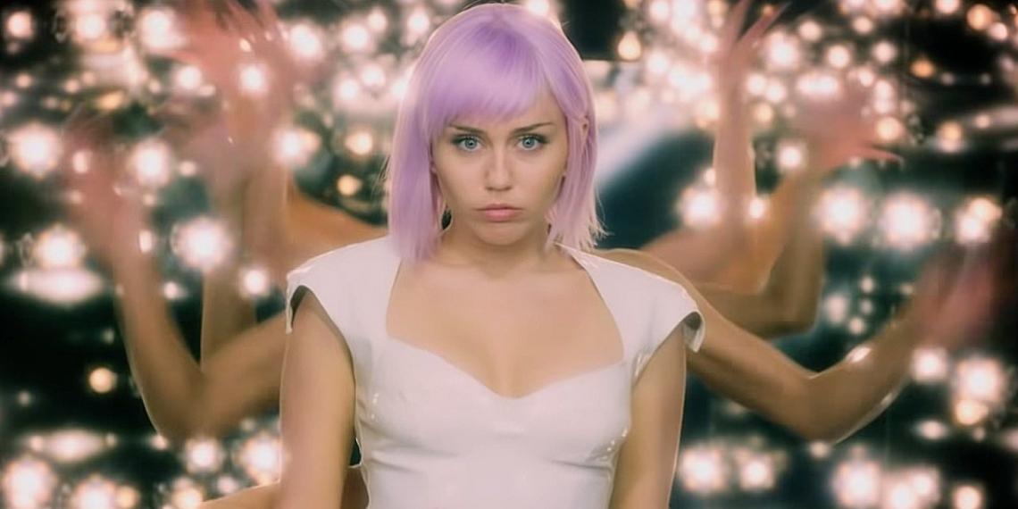 A cantora e atriz Miley Cyrus e o ator Anthony Mackie (que viveu Sam Wilson/ Falcão nas histórias dos Vingadores)estão ma quinta temporada de Black Mirror