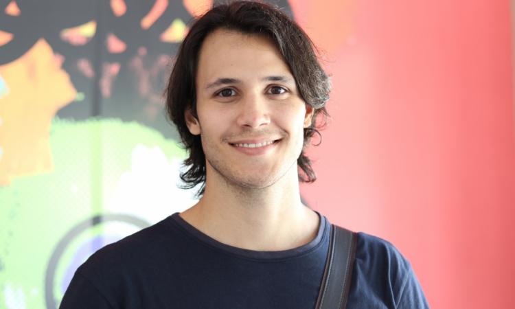 luiz Luiz Mendes é diretor de arte de uma produtora musical KRU!