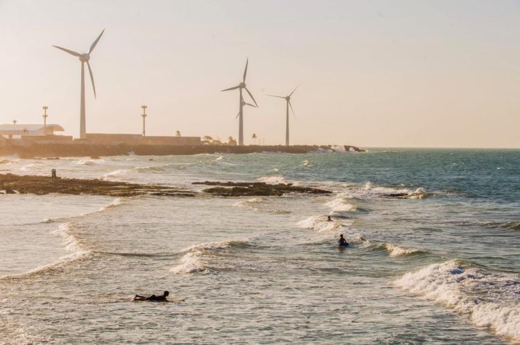 Surfistas na praia do Titanzinho, no bairro Serviluz, ao fundo torres de energia eólica. Projeto Fortaleza em 4 Atos - Surfe no Titanzinho.