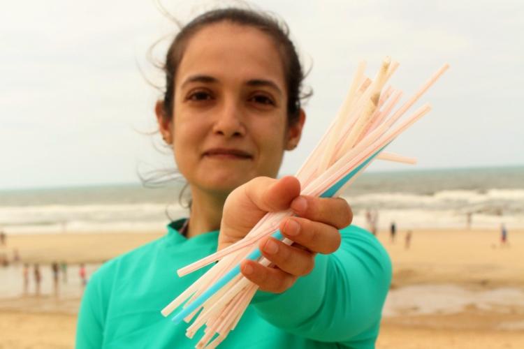 Canudos plásticos são frequentemente encontrados nas areias das praias (Foto: Divulgação/Instituto Verdeluz)